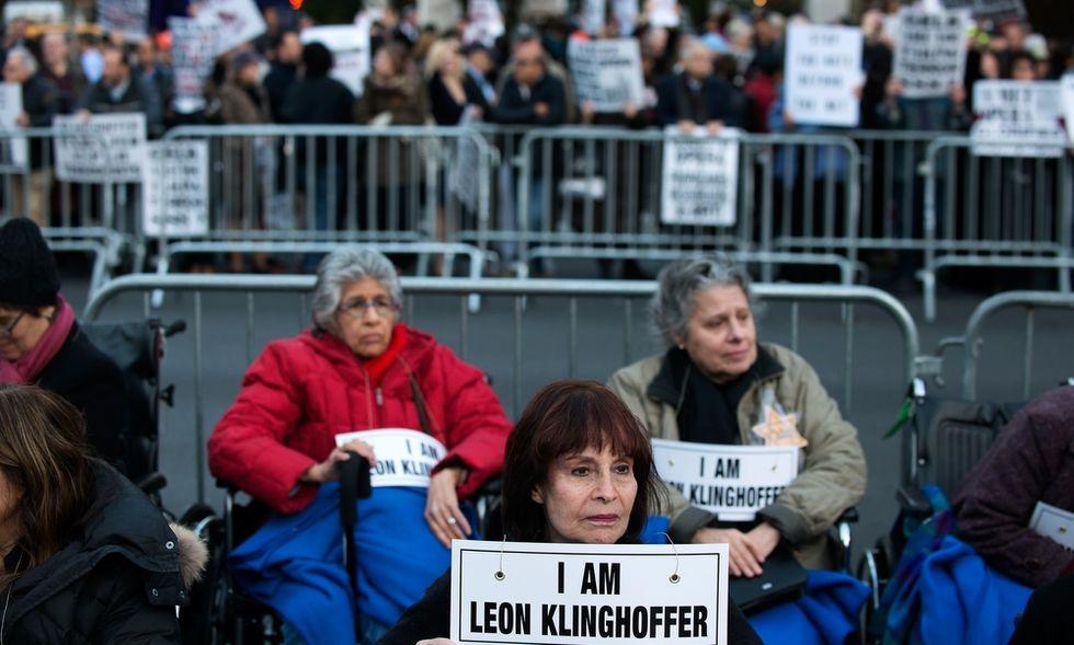 """New York: in sedia a rotelle contro """"La morte di Klinghoffer"""""""