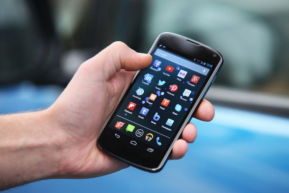 No alla tredicesima sulle tariffe dei cellulari: la protesta contro gli operatori