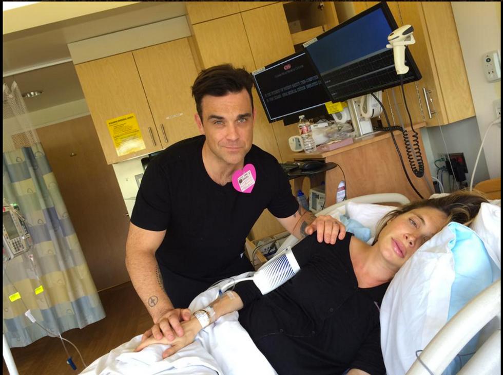 Robbie Williams di nuovo papà tra canti e balli