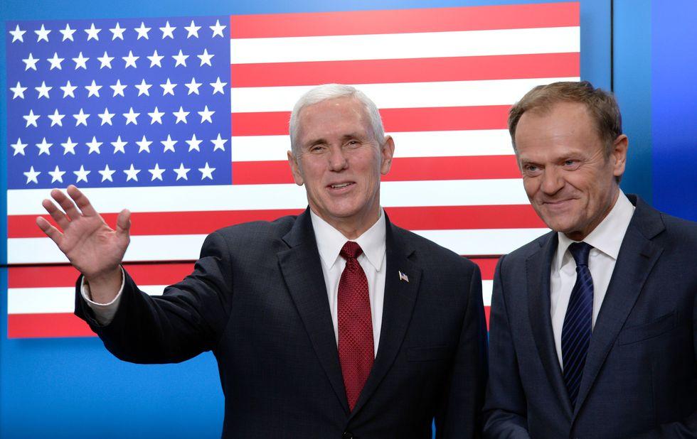 Il vice presidente americano Mike Pence e il Presidente del consiglio europeo Donald Tusk a Bruxelles. Alle loro spalle la bandiera Usa con una stella in più