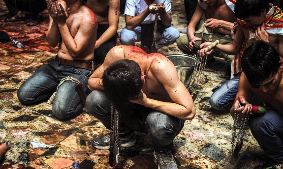 I flagellanti sciiti celebrano l'Ashura