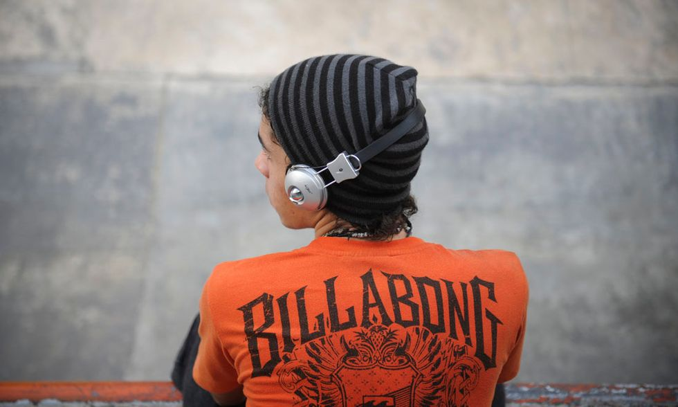 Uno skater ascolta la musica al parco, Caracas