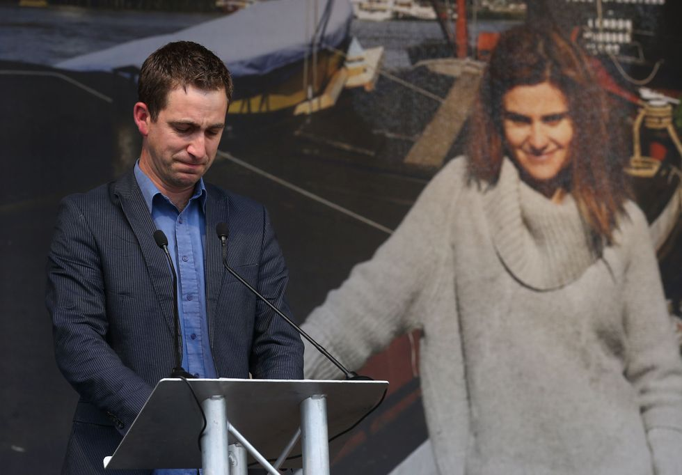Brendan Cox con alle spalle una foto della moglie Jo, uccisa il 16 giugno 2016