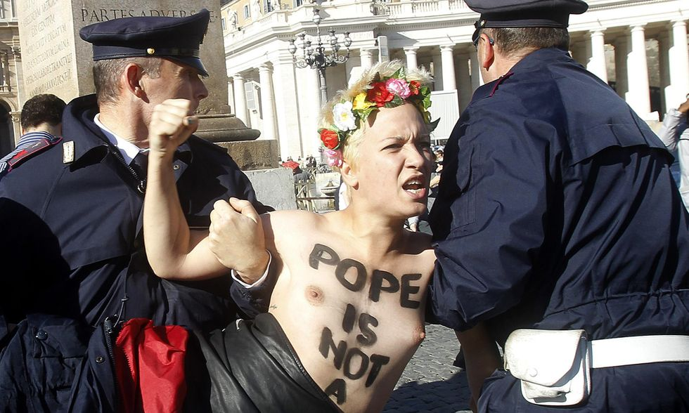 Femen blasfeme in Vaticano contro il Papa
