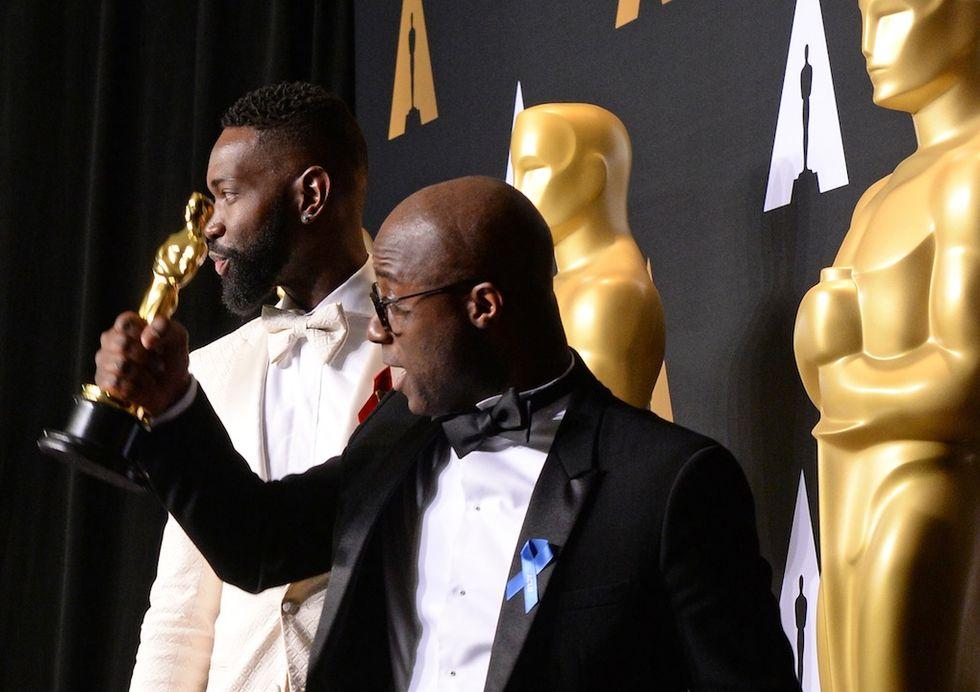 """Il regista di """"Moonlight"""" Barry Jenkins e lo scenografo Tarell Alvin McCraney indossano la spilletta in difesa dei diritti civili e contro la politica di Donald Trump"""