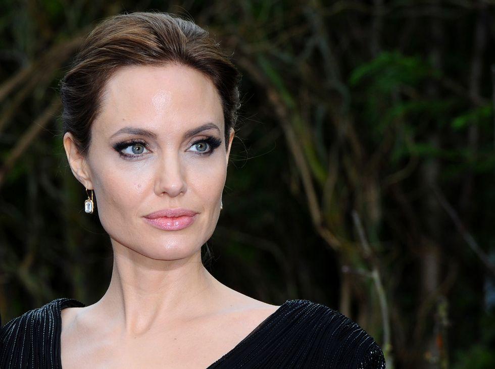 Angelina Jolie: asportate anche le ovaie per paura del cancro