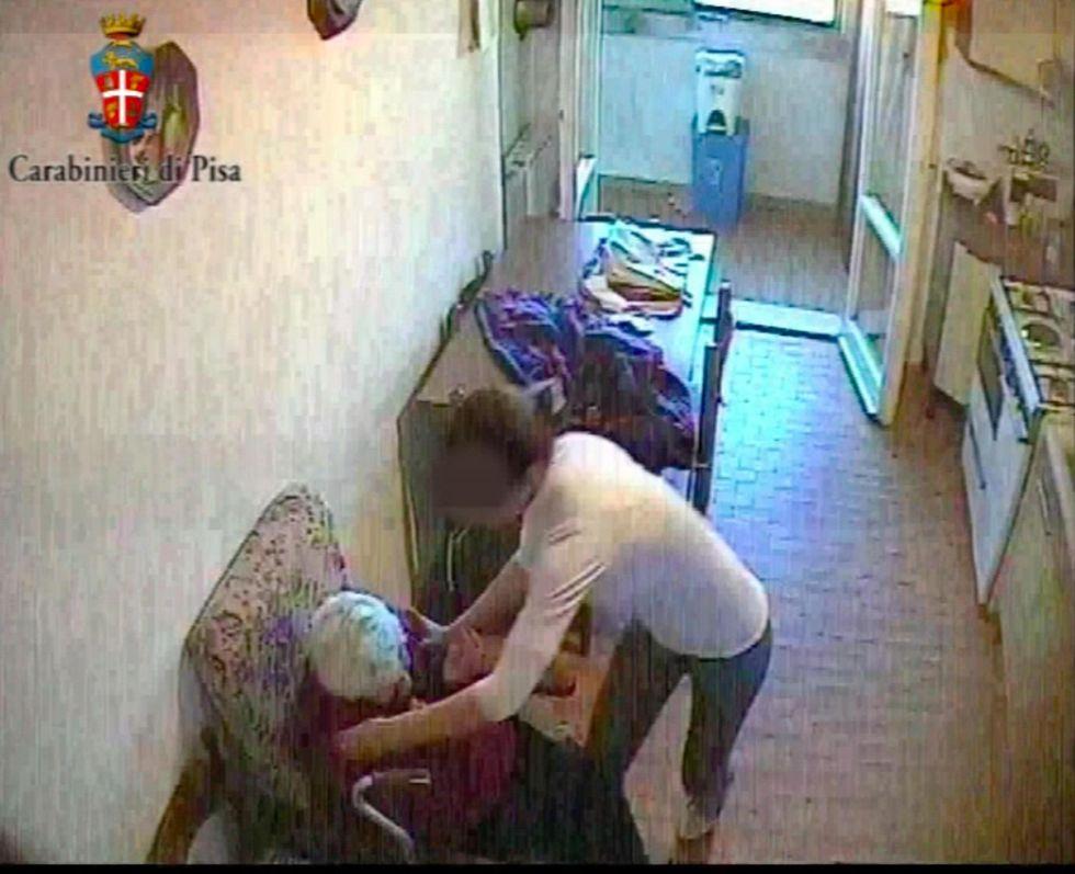 Il video shock della badante che maltratta un'anziana
