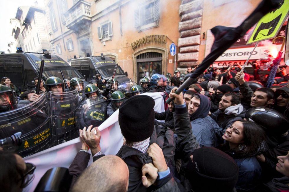 Jobs Act è legge, e intanto a Roma scoppia la protesta