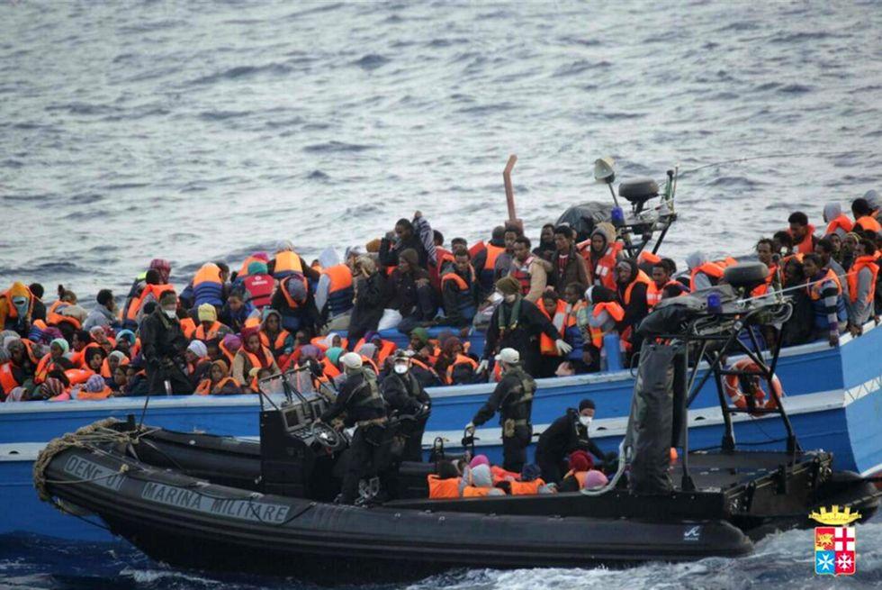 Migranti: così agiscono i trafficanti di esseri umani