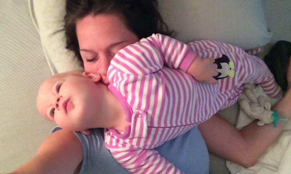 Il pisolino impossibile di mamma: la bimba è un tornado