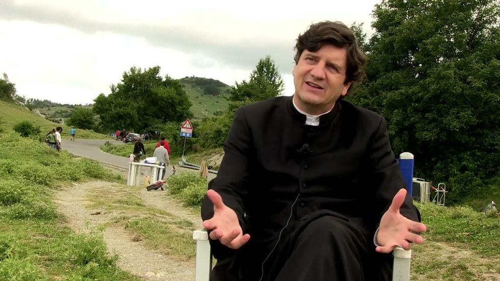 """Alessandro Siani dirige Fabio De Luigi nella commedia """"Si accettano miracoli"""""""