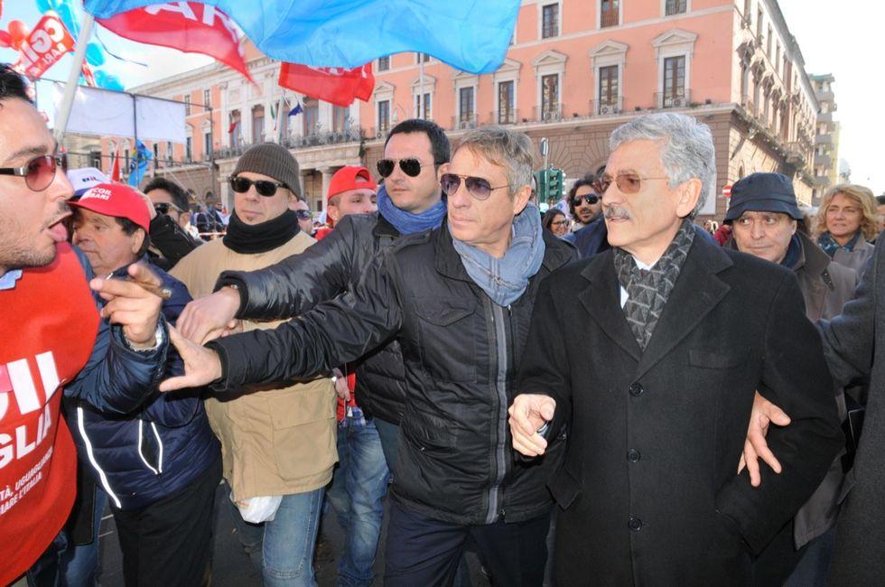 Massimo D'Alema contestato a Bari, il video