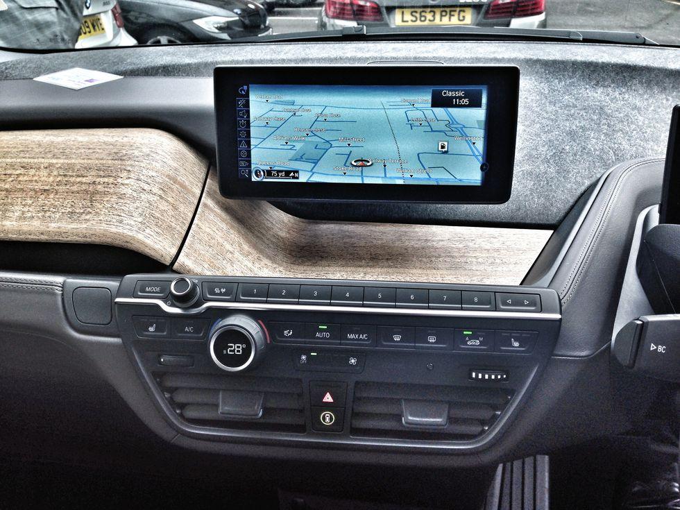 L'auto del futuro si parcheggia con lo smartwatch
