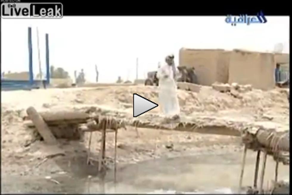 Presentatore iracheno cade in acqua