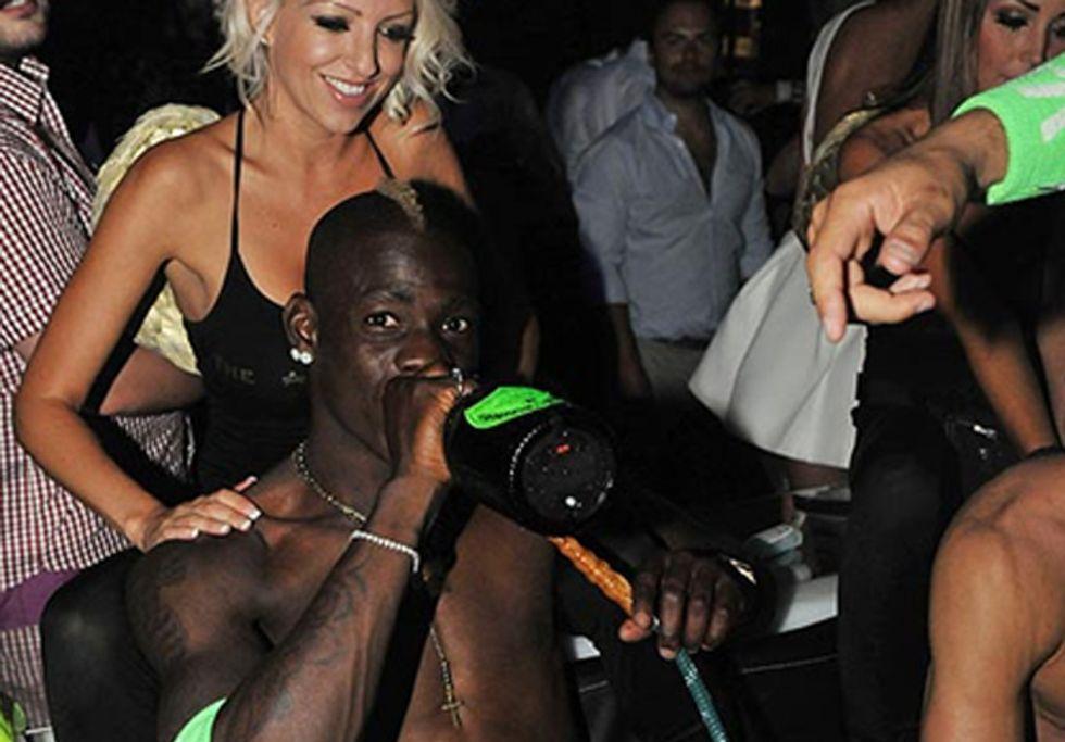 Mario Balotelli: ecco il futuro papà, in un night club tra alcol e fumo