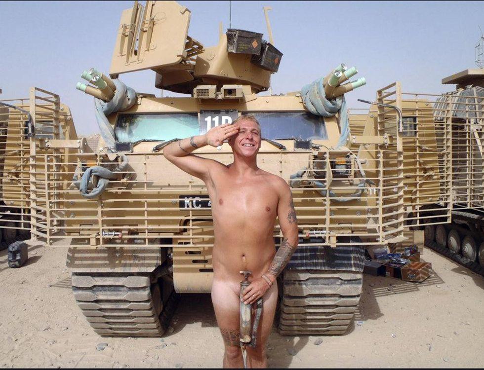 Nudi per Harry: le foto su Twitter dei soldati inglesi