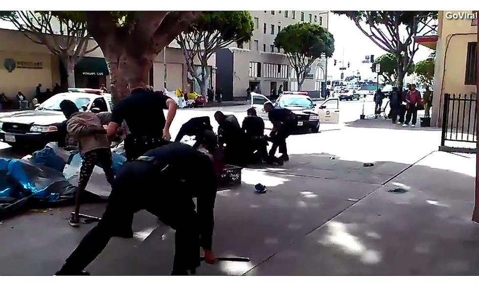 Così la polizia di Los Angeles uccide un homeless - Video