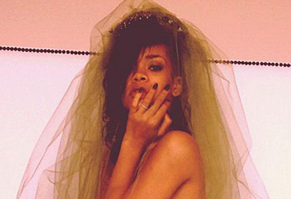 Rihanna, un risveglio in topless dopo la notte di Halloween