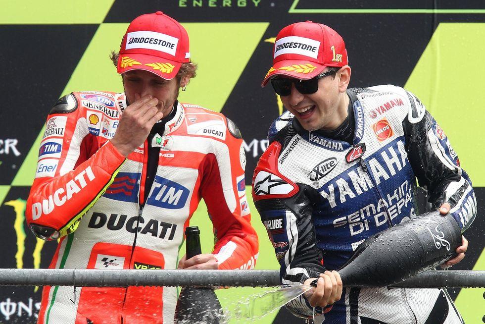 Rossi vs Lorenzo. La sfida Italia-Spagna si gioca anche in pista