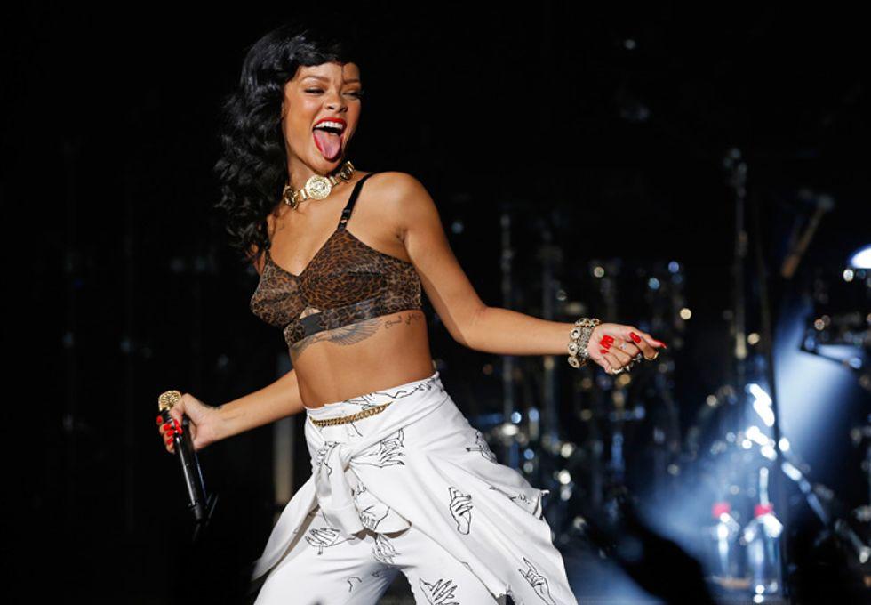 Rihanna, rivolta con spogliarello sul suo jet – Video