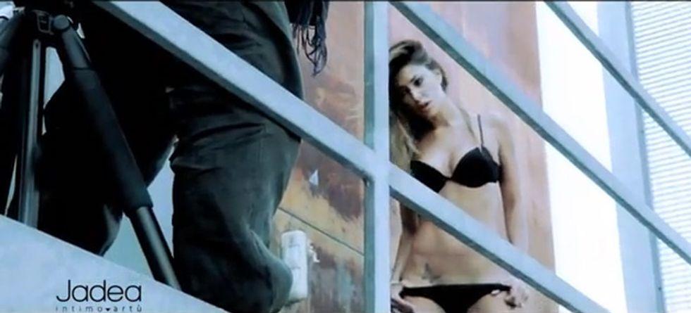 Belen troppo hot e i passanti vogliono censurare la sua pubblicità