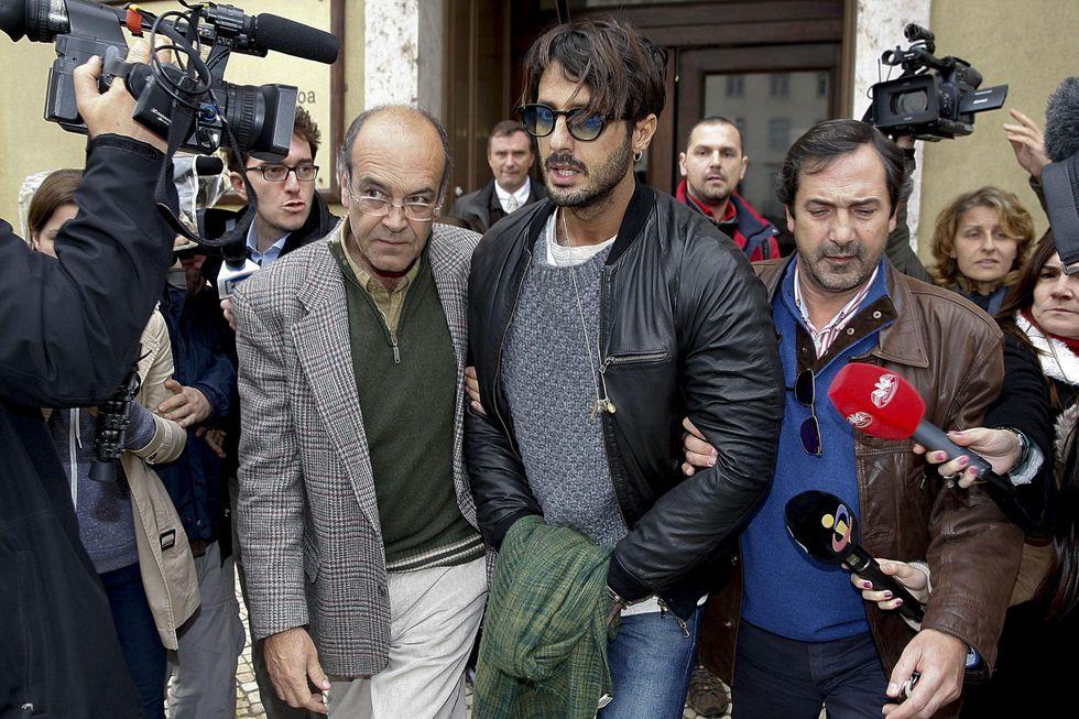 L'arrivo di Fabrizio Corona è seguito in diretta TV e la gente si indigna