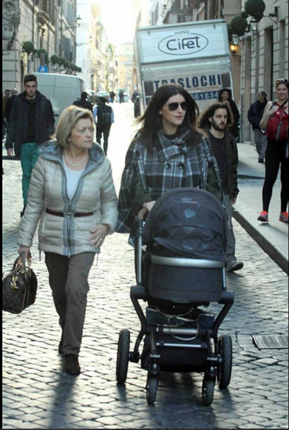 Laura Pausini, prima uscita con la piccola Paola