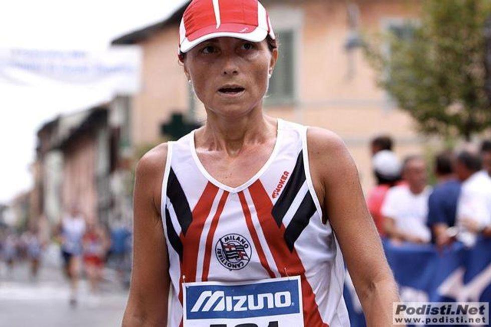 Una donna di corsa in giro per l'Italia