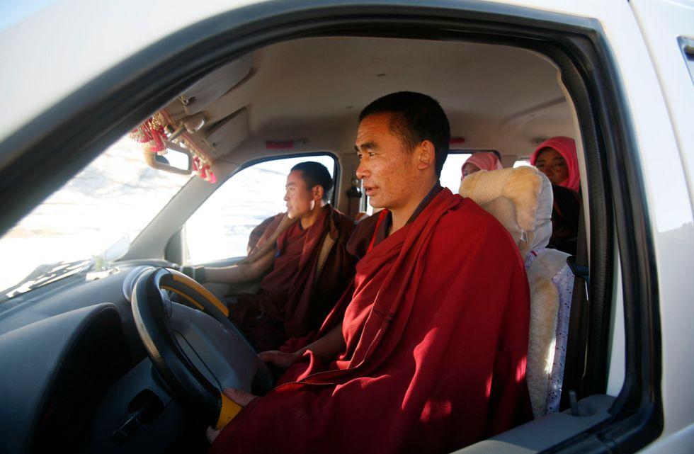 Monaci buddisti tentati dal lusso
