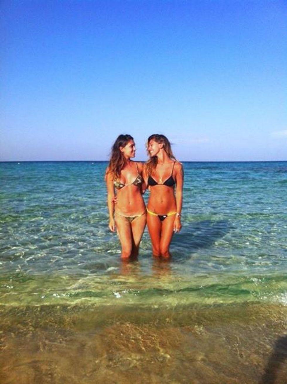 """Belén: """"sfida"""" a colpi di bikini con la sorella Cecilia"""
