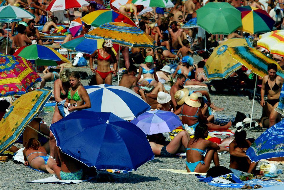 Estate, le regole per sopravvivere ai vicini di ombrellone molesti