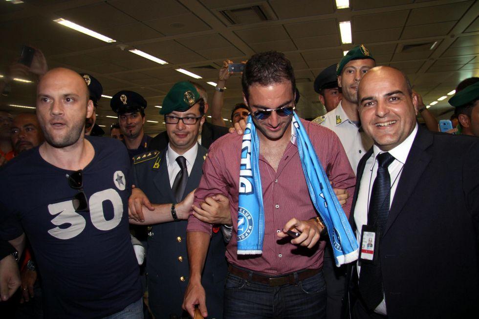 Higuain sbarcato a Roma. Tifosi in delirio