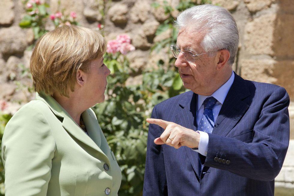 Mario Monti, solo lui può salvare l'euro e mettere in riga Angela Merkel. Parola di Financial Times