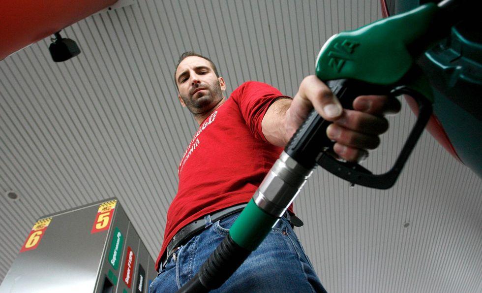 Benzina: gli italiani consumano meno, lo Stato incassa di più
