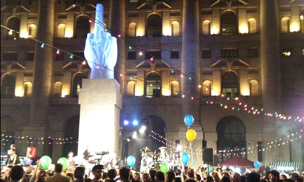 Arte, L.O.V.E. di Cattelan resta a Milano e Piazza Affari diventa una balera