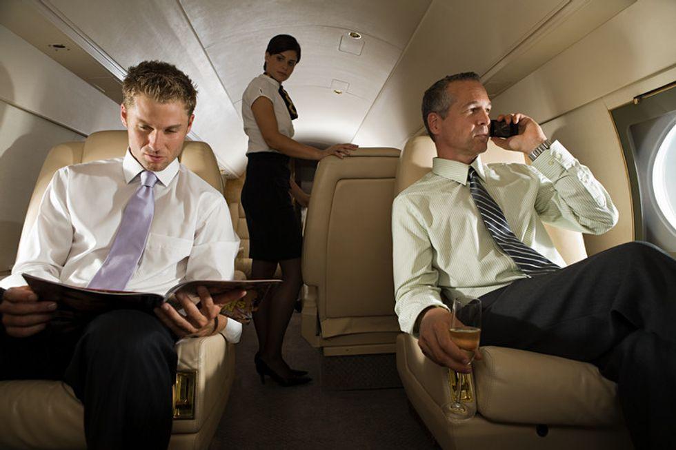 Perché ancora non possiamo usare il cellulare in aereo