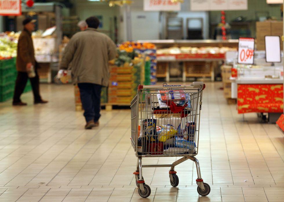 Prezzi: l'inflazione rallenta, ma le famiglie spendono 335 euro in più