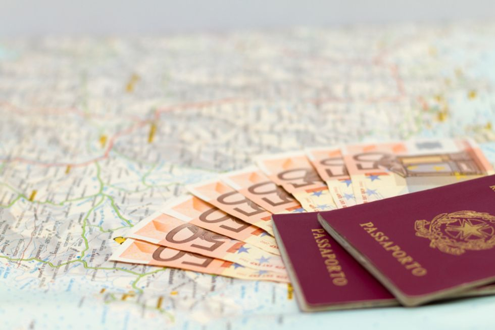 Raddoppia la tassa sui passaporti