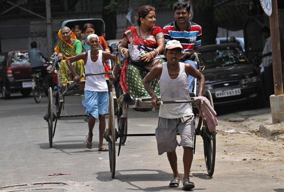 """I """"cavalli umani"""" di Calcutta entrano in sciopero. Per impedire al governo di negargli il diritto di trascinare (a piedi) i loro risciò"""