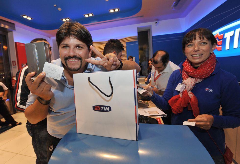 I giovani: senza lavoro ma con l'iPhone 5