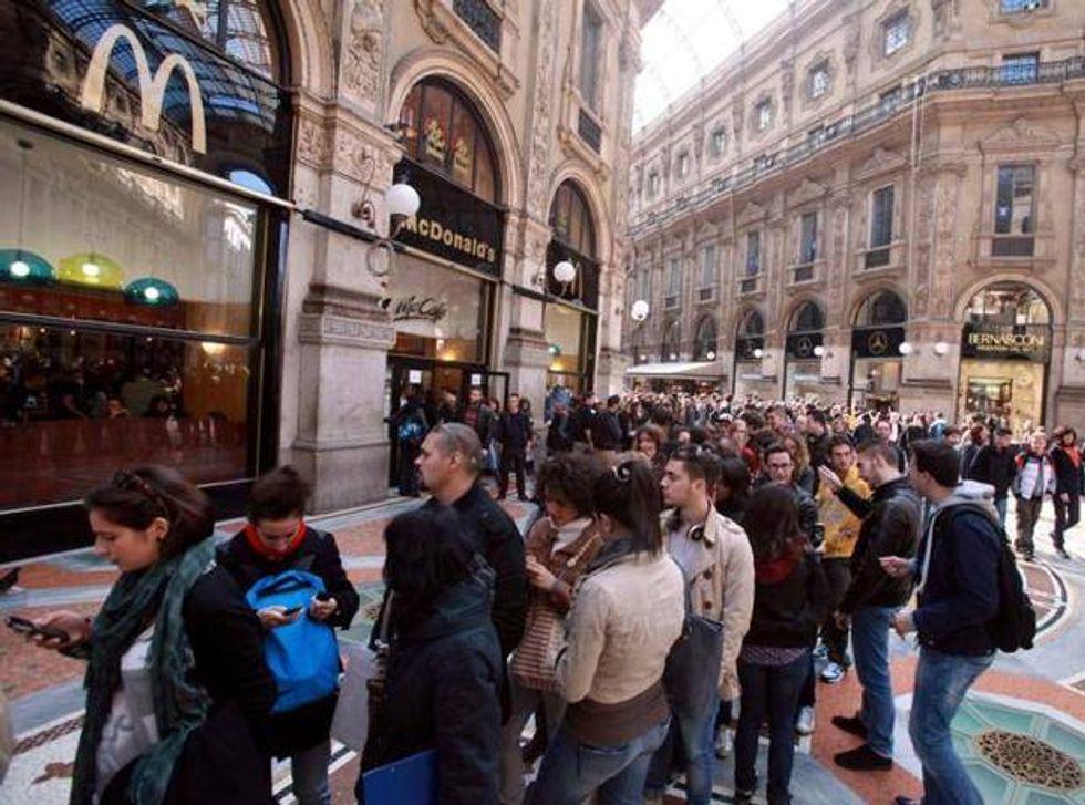 Milano, tutti in fila da Mcdonald's