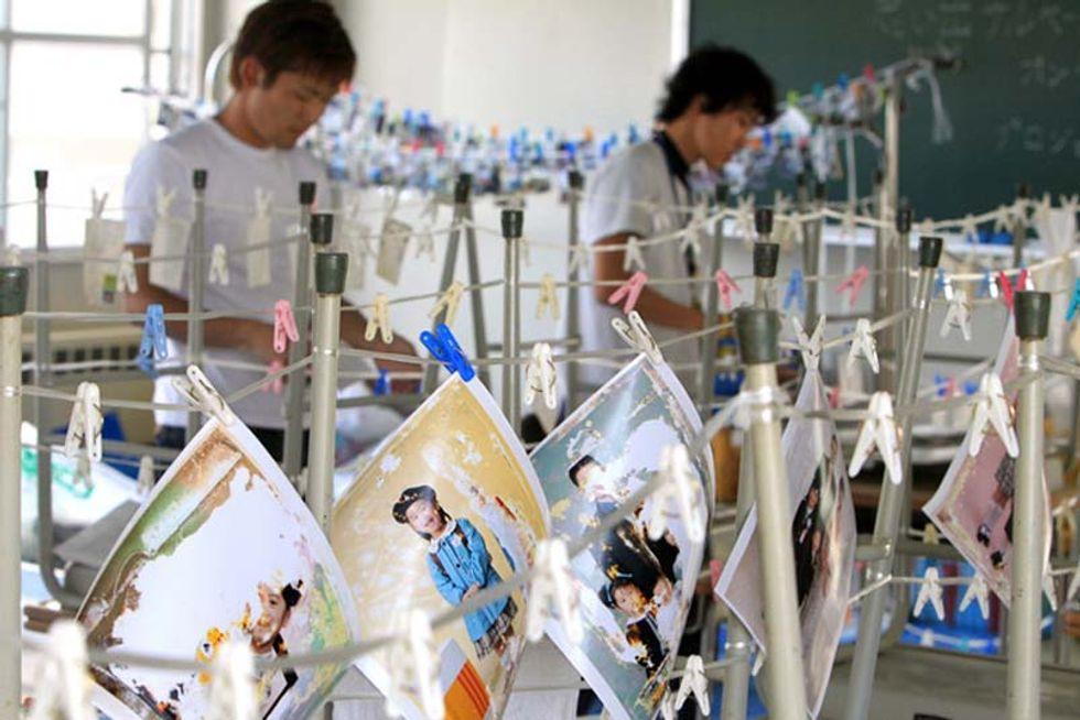 """Giappone: """"cacciatori di foto"""" tornano sui luoghi dello tsunami per ricostruire la memoria nazionale"""