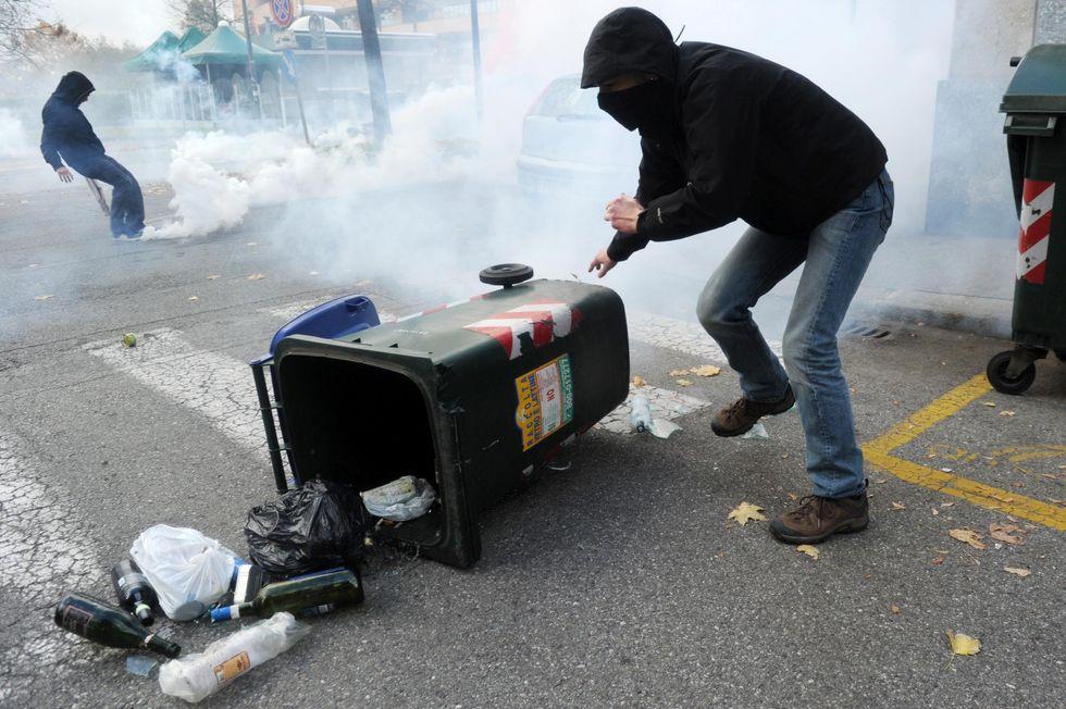 I lacrimogeni e lo sfascio della scuola
