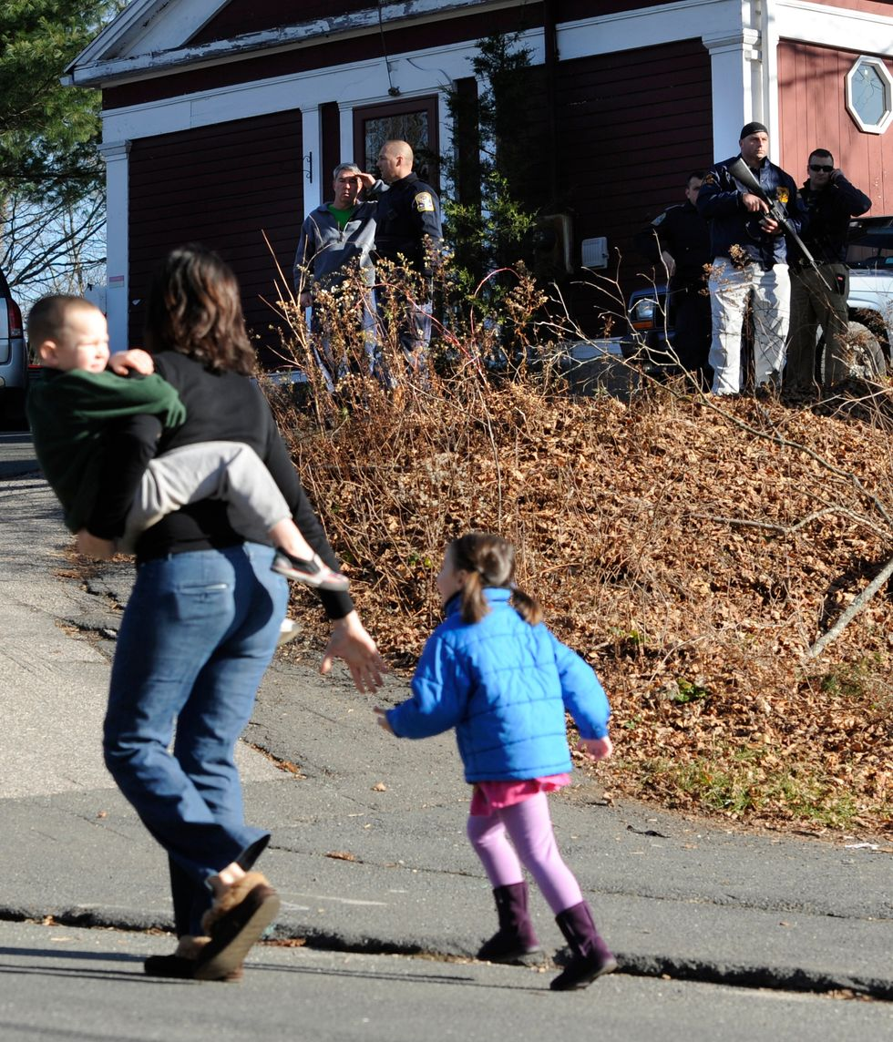 Newtown - Usa, strage a scuola: almeno 28 morti fra cui 18 bambini