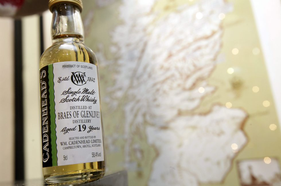 Scozia, guerra del tartan contro la tassa sul whisky