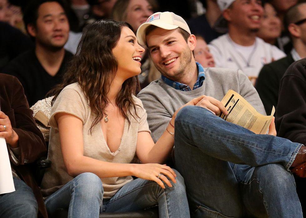 Mila Kunis e Ashton Kutcher sposi: lei mostra la fede in tv