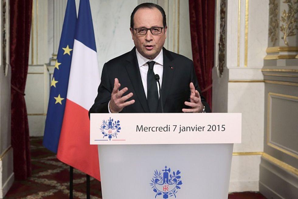 Strage di Parigi: Hollande fa appello all'unità