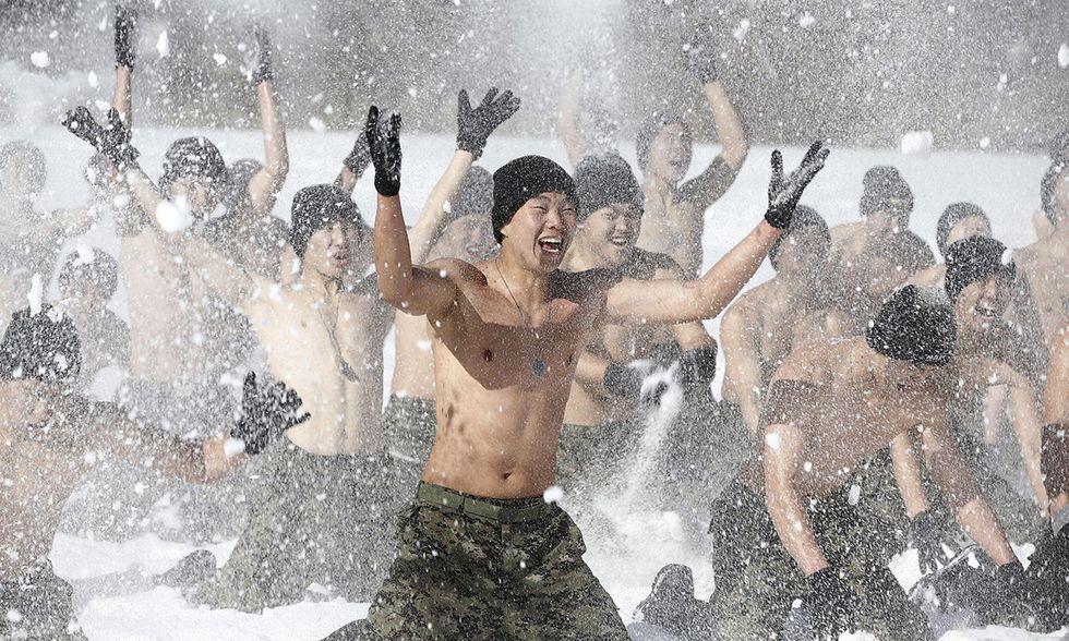 Soldati nella neve in Corea del Sud