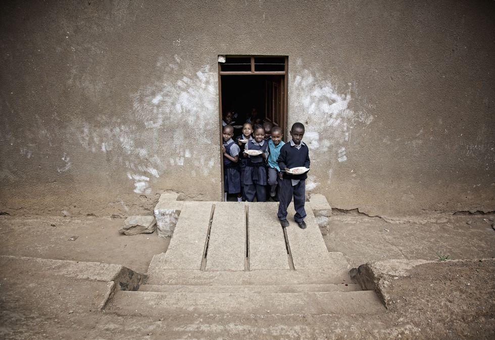 Tutti alla finestra: il dolore, le ombre e la magia della Tanzania