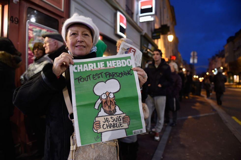 Parigi: coda all'alba per comprare Charlie Hebdo